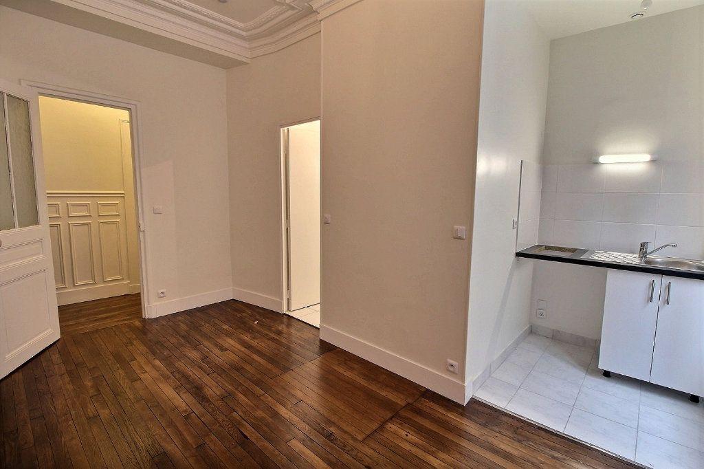 Appartement à louer 1 21.76m2 à Paris 18 vignette-3