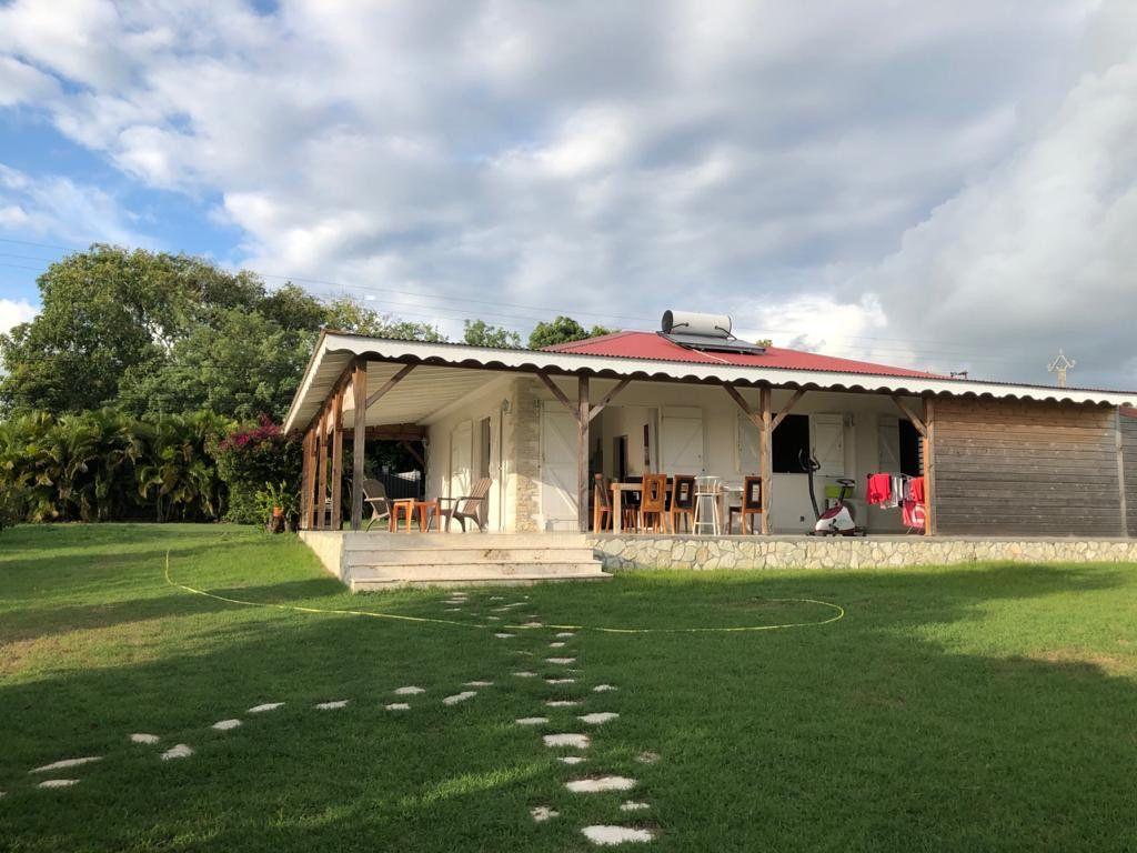 Maison à louer 4 165m2 à Sainte-Anne vignette-1