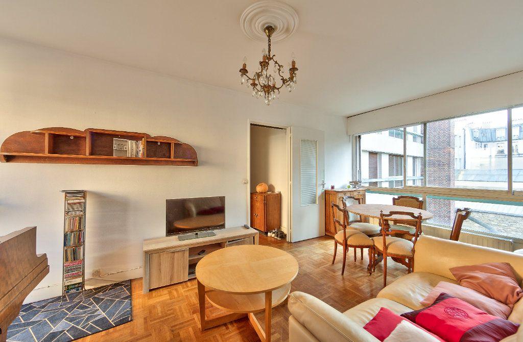 Appartement à louer 4 72m2 à Paris 18 vignette-1