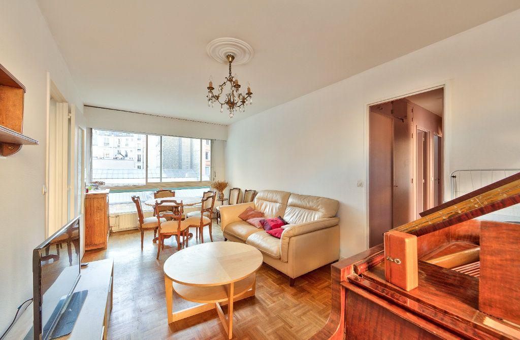 Appartement à louer 4 72m2 à Paris 18 vignette-3