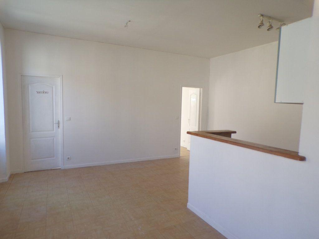 Appartement à louer 3 50.6m2 à La Tour-d'Aigues vignette-1