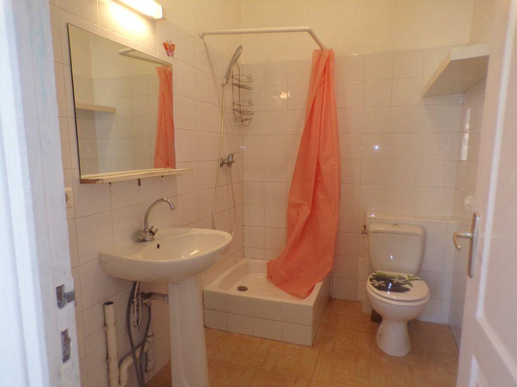 Appartement à louer 3 50.6m2 à La Tour-d'Aigues vignette-3