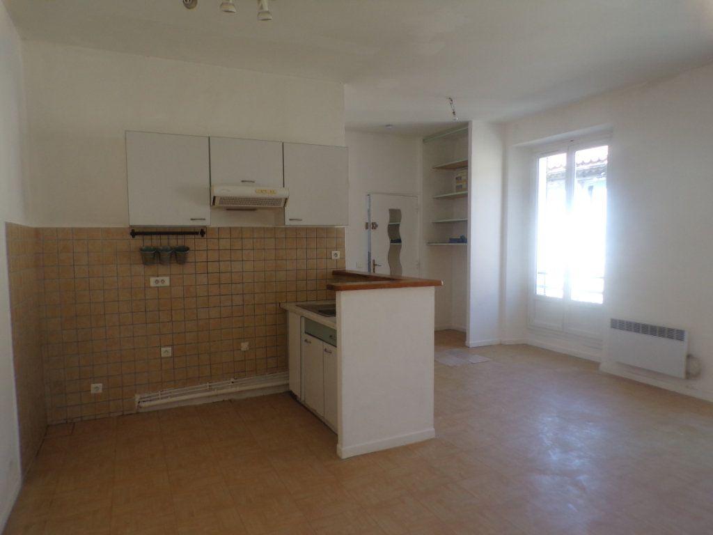 Appartement à louer 3 50.6m2 à La Tour-d'Aigues vignette-4
