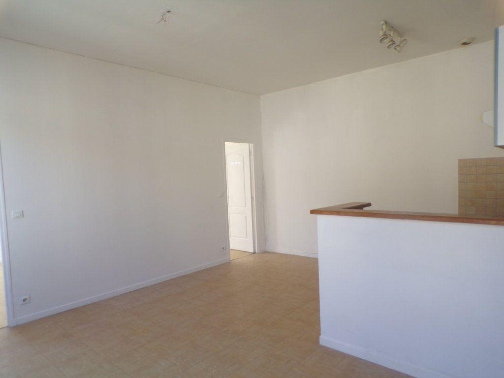 Appartement à louer 3 50.6m2 à La Tour-d'Aigues vignette-6