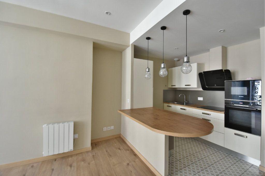 Appartement à louer 3 65.91m2 à Lyon 1 vignette-1