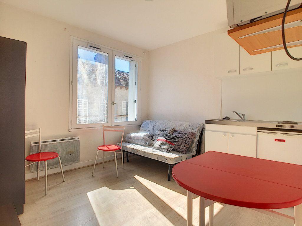 Appartement à louer 1 15.19m2 à Aurillac vignette-1