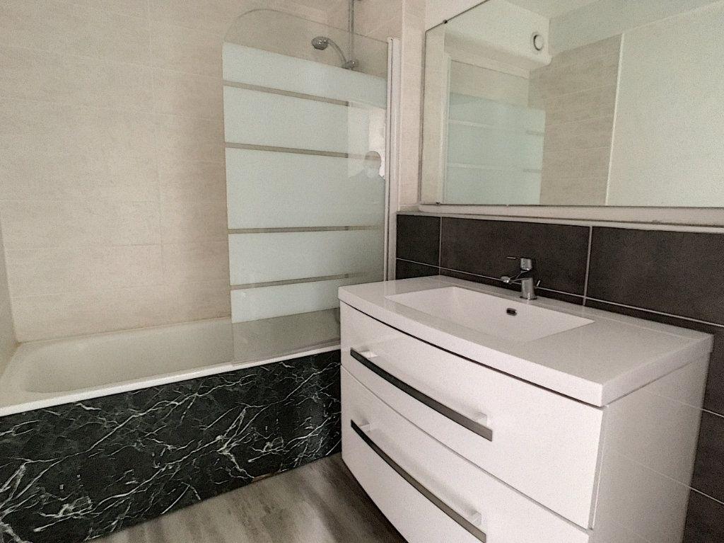 Appartement à louer 4 73.48m2 à Aurillac vignette-3