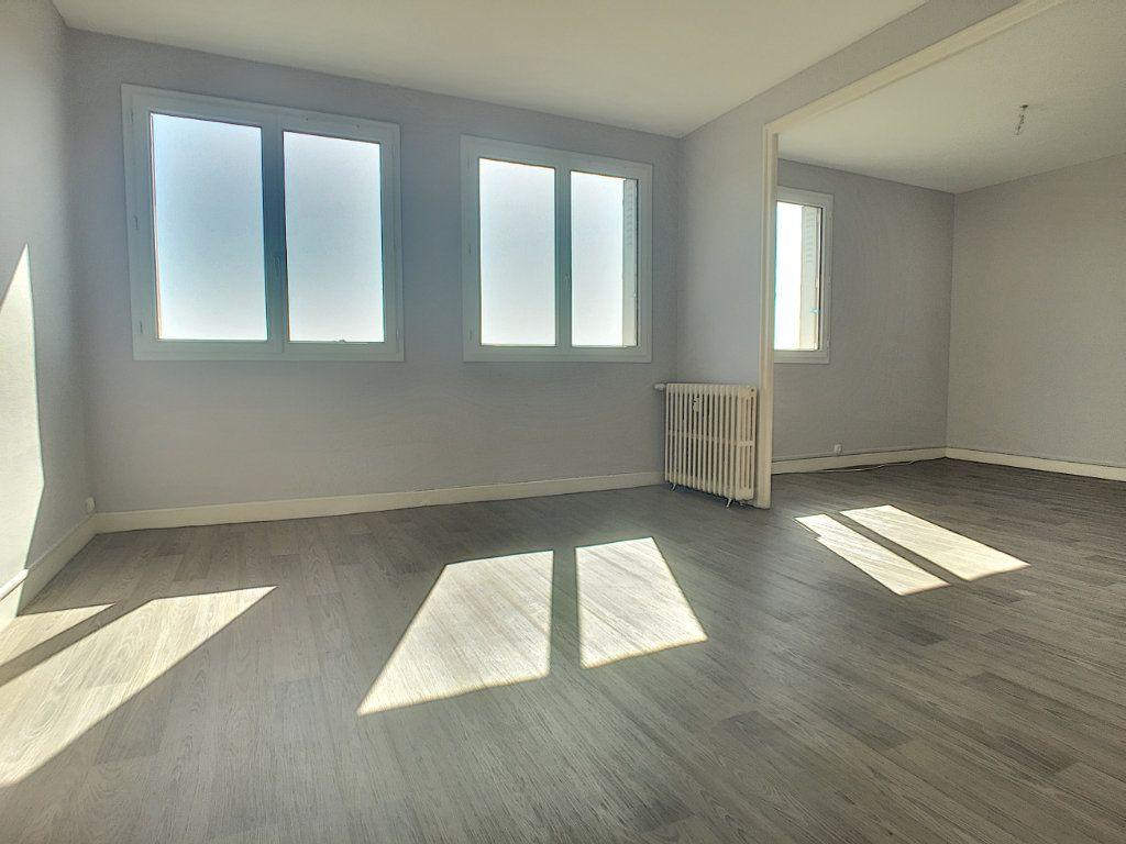 Appartement à louer 4 71.82m2 à Aurillac vignette-1