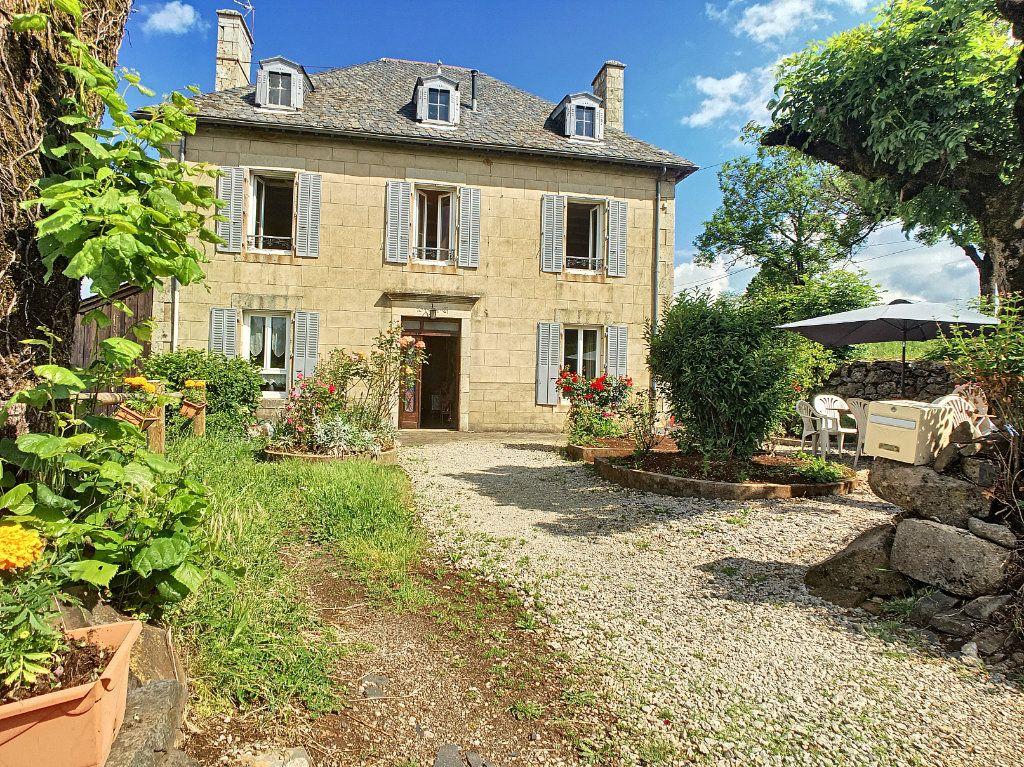 Maison à vendre 7 200m2 à Saint-Bonnet-de-Salers vignette-1