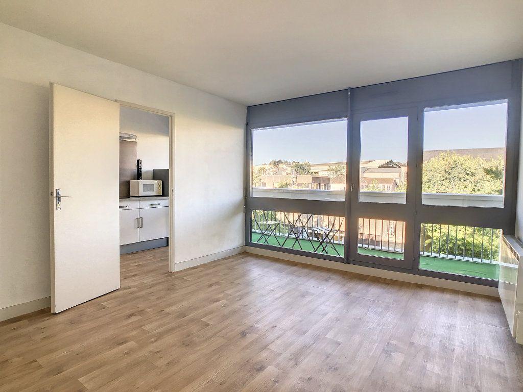 Appartement à louer 1 30m2 à Aurillac vignette-1