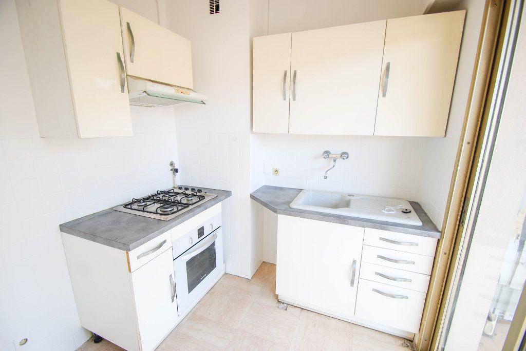 Appartement à louer 1 28m2 à Antibes vignette-3