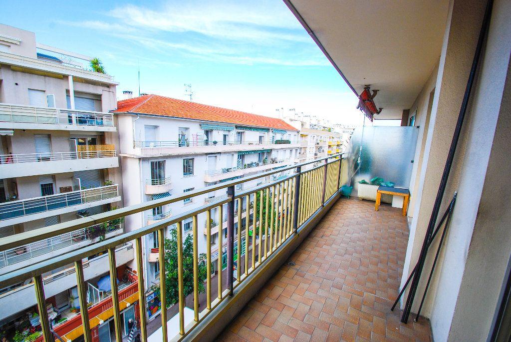 Appartement à louer 1 28m2 à Antibes vignette-4
