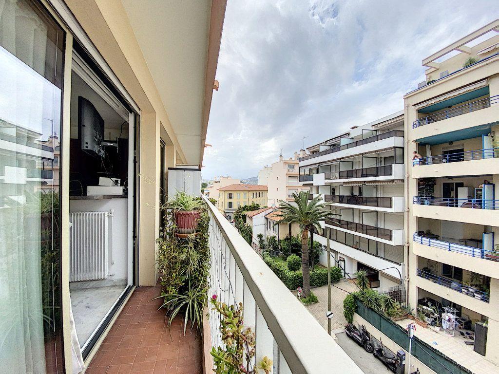 Appartement à louer 2 35.17m2 à Juan-les-Pins - Antibes vignette-1