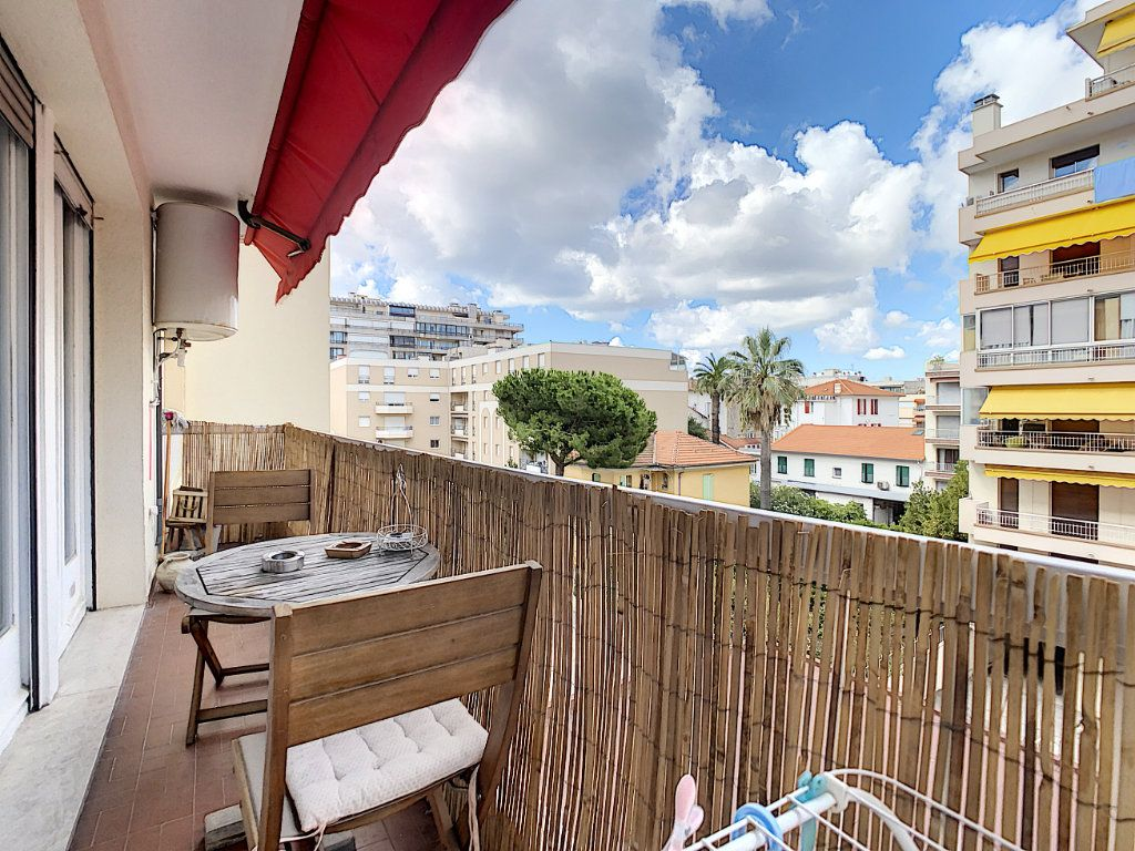 Appartement à louer 1 25m2 à Juan-les-Pins - Antibes vignette-2