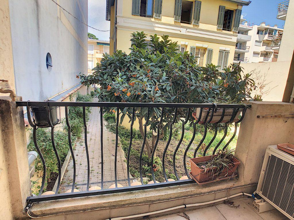 Appartement à louer 2 50m2 à Juan-les-Pins - Antibes vignette-2