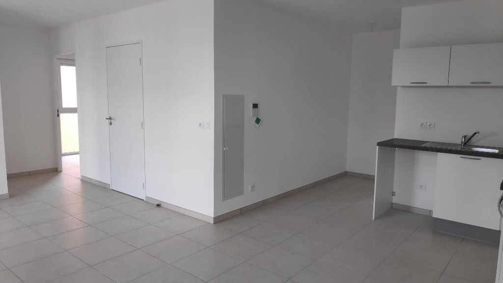 Appartement à louer 3 56m2 à Saint-Laurent-du-Var vignette-2