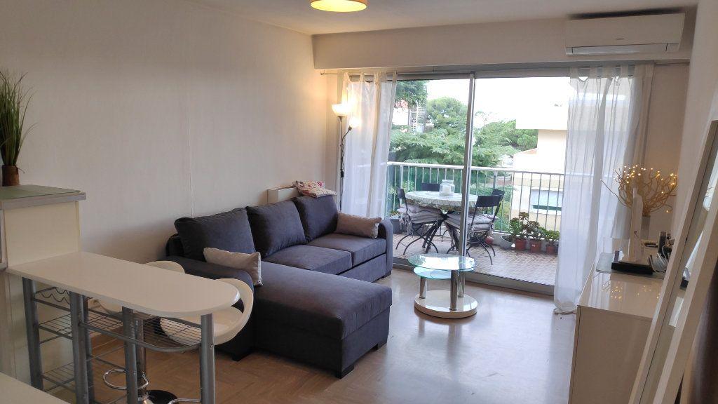 Appartement à louer 2 33m2 à Saint-Laurent-du-Var vignette-1