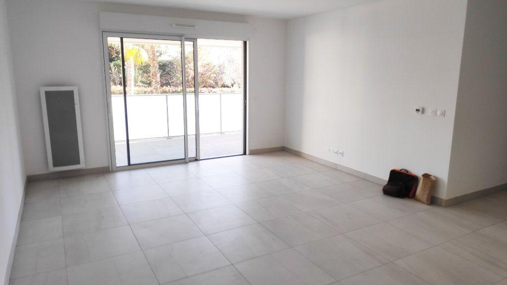 Appartement à louer 3 68m2 à Saint-Laurent-du-Var vignette-2