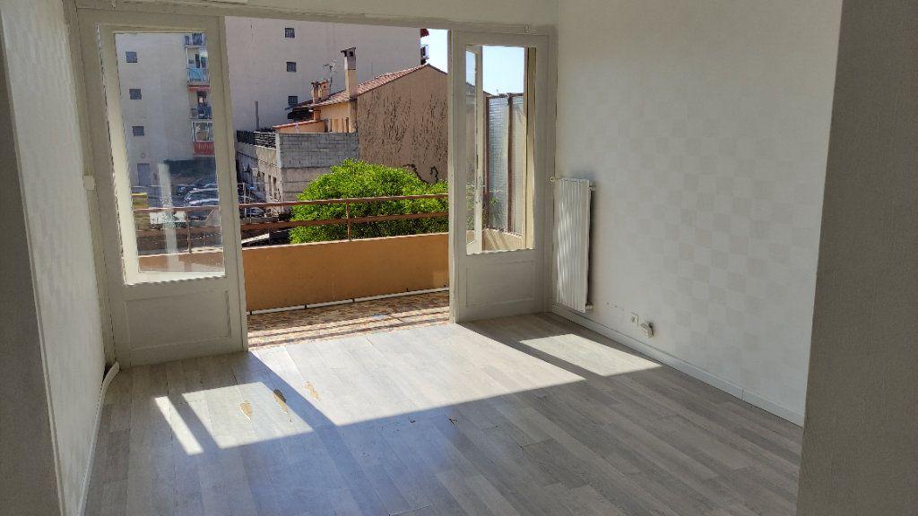 Appartement à louer 3 53m2 à Saint-Laurent-du-Var vignette-1