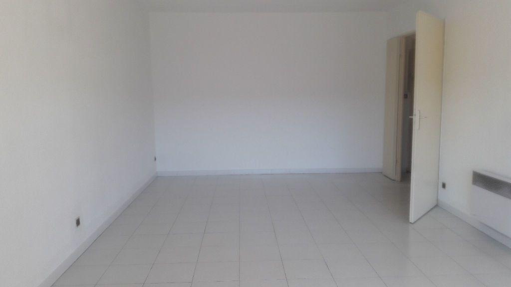 Appartement à louer 2 53.06m2 à Marignane vignette-5