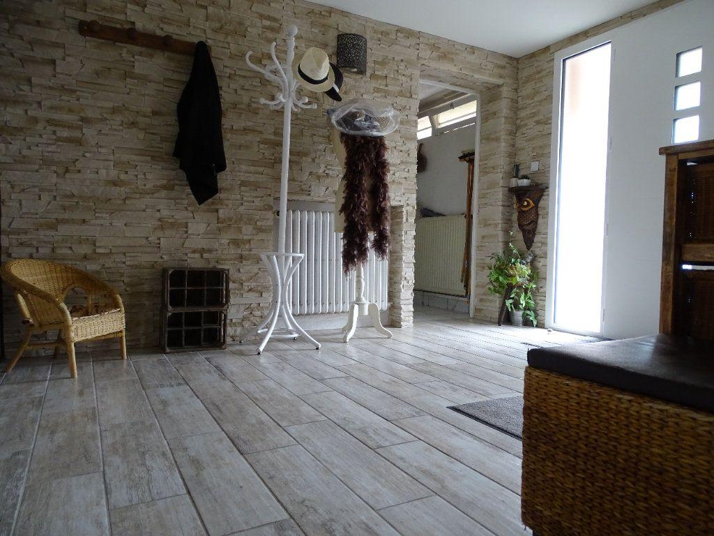 Maison à vendre 6 143.67m2 à Saint-Jean-Bonnefonds vignette-9