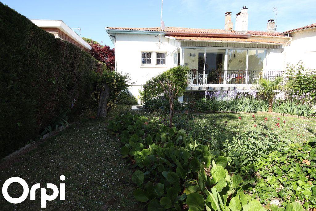 Maison à vendre 8 141.64m2 à Royan vignette-1
