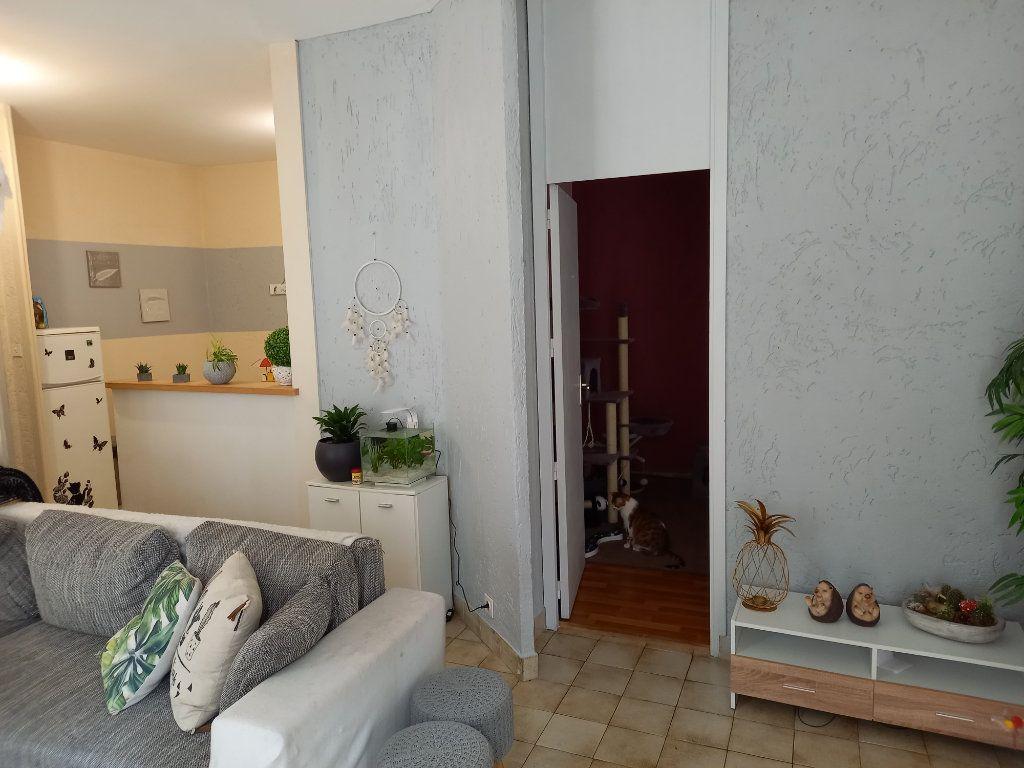 Appartement à louer 3 65.5m2 à Saint-Étienne-de-Saint-Geoirs vignette-4
