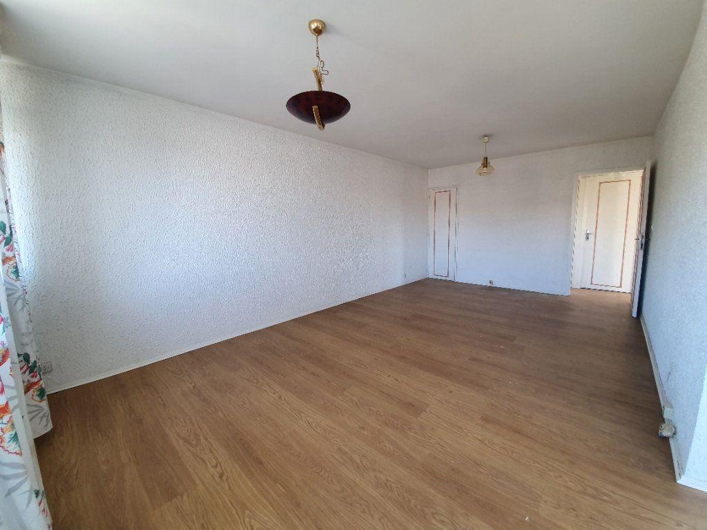 Appartement à vendre 3 69m2 à Ferney-Voltaire vignette-2