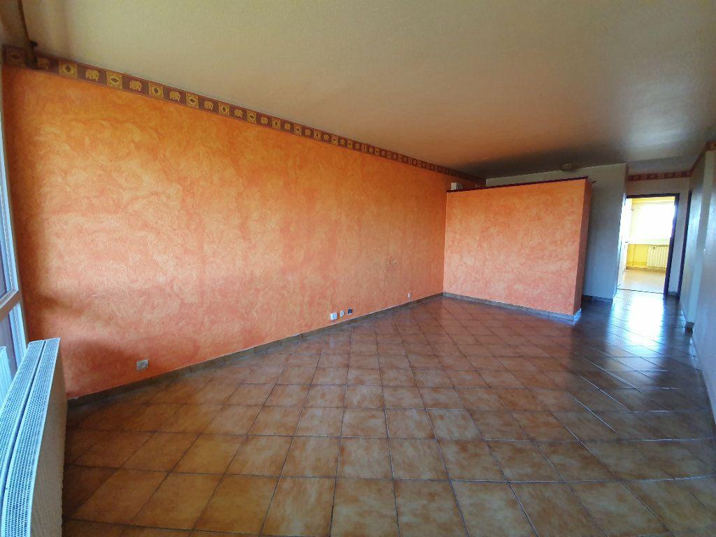 Appartement à vendre 3 71m2 à Ferney-Voltaire vignette-2