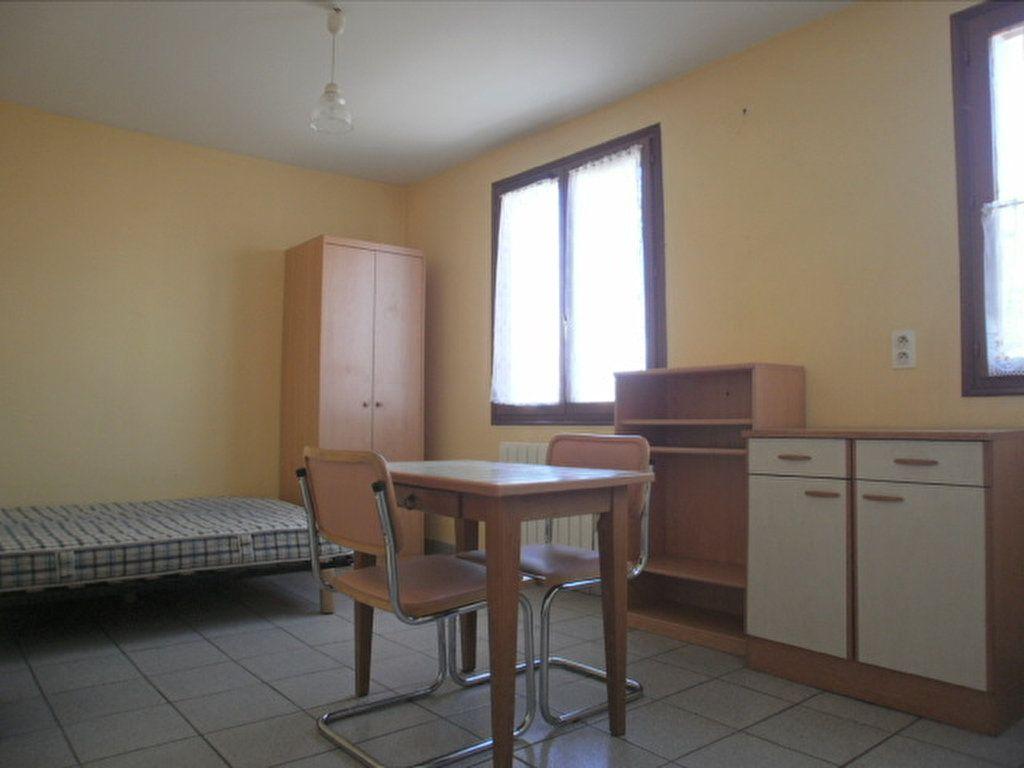Appartement à louer 1 19.45m2 à Saint-Flour vignette-1