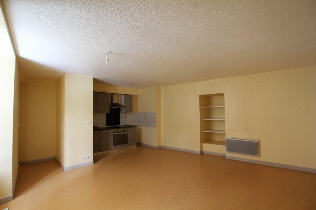 Appartement à louer 2 51m2 à Saint-Flour vignette-1