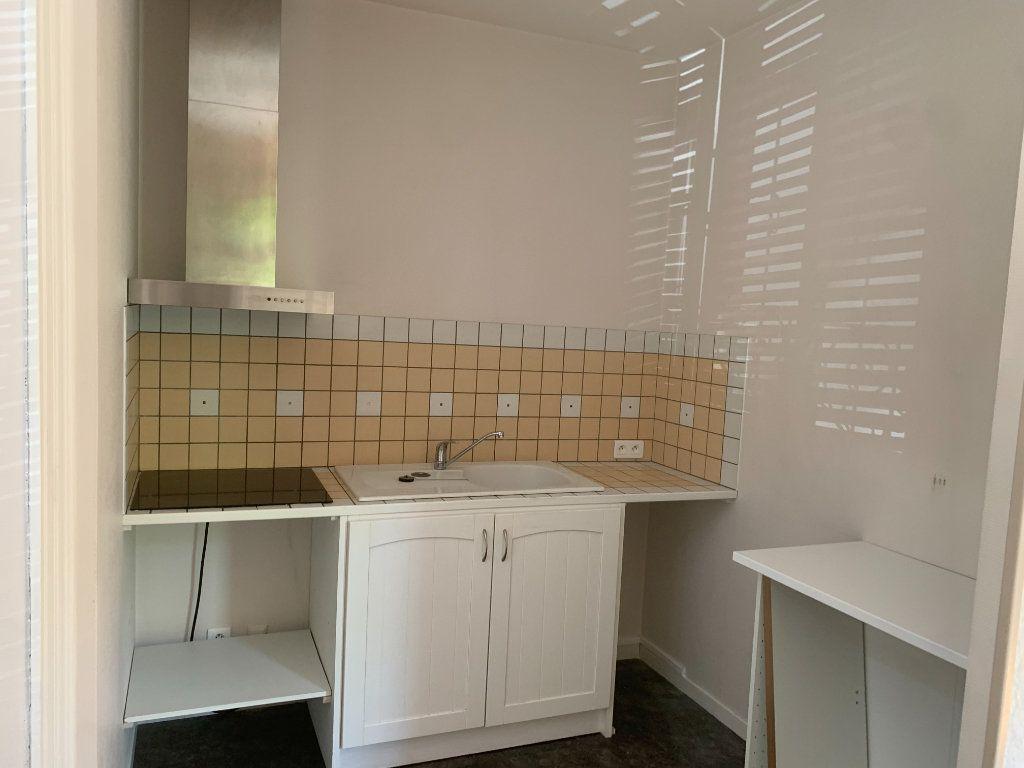 Appartement à vendre 2 50m2 à Saint-Flour vignette-4