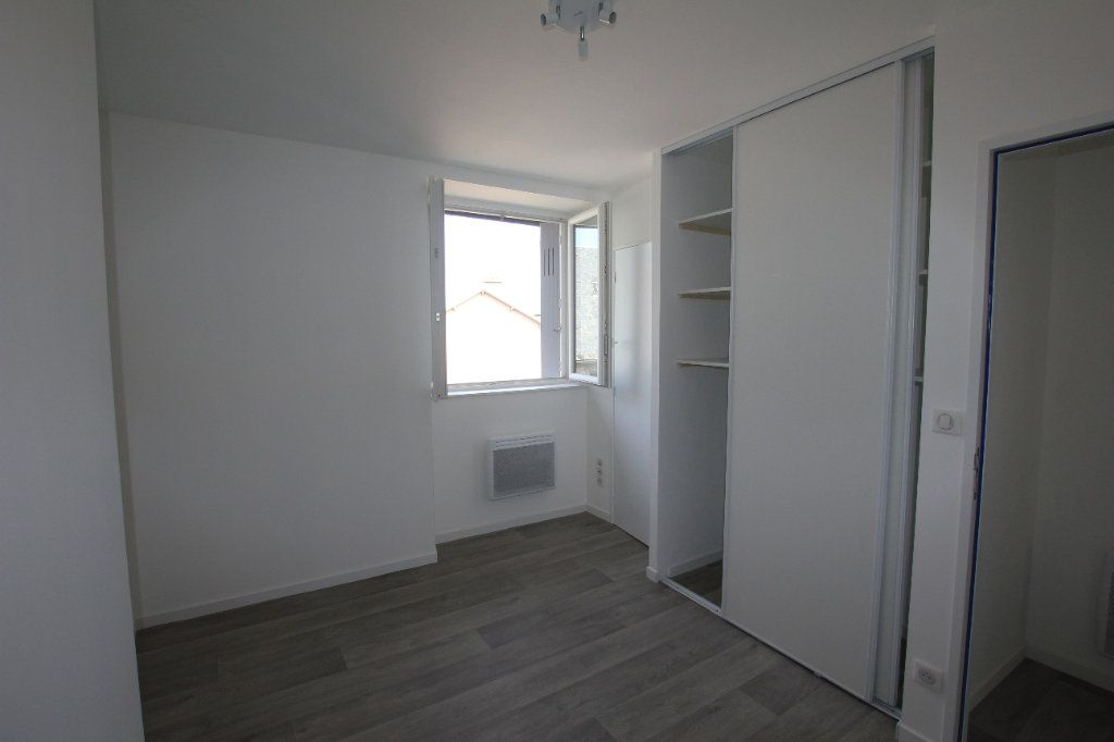 Appartement à louer 2 38m2 à Saint-Flour vignette-2