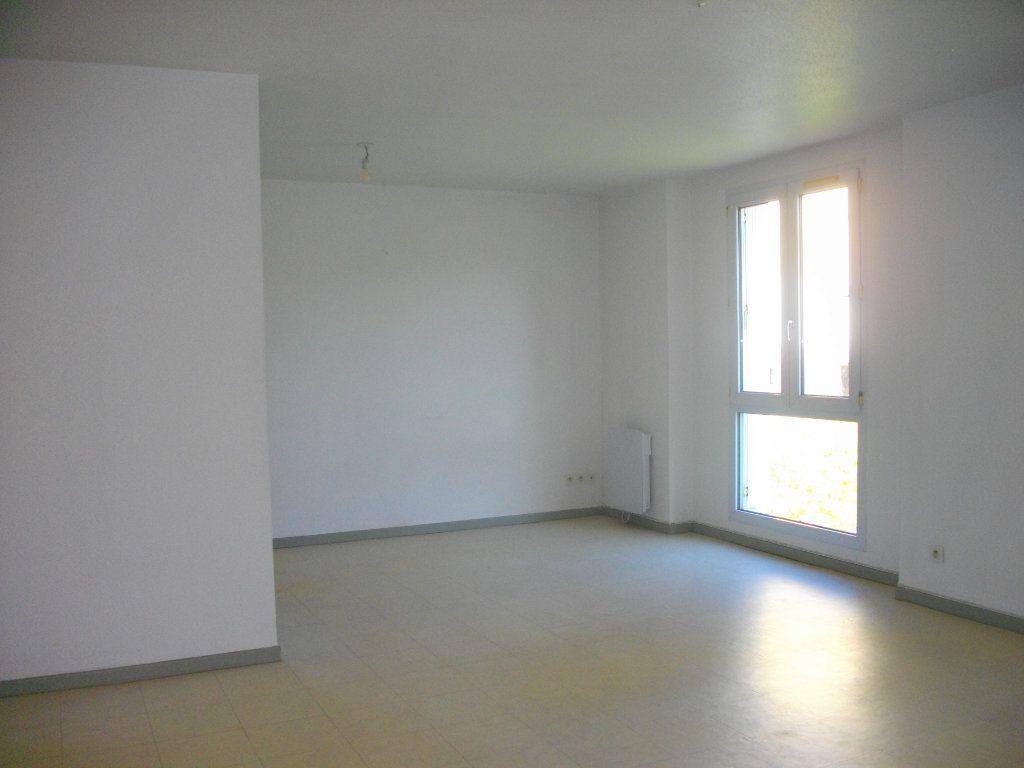 Appartement à louer 3 57.68m2 à Bourges vignette-1