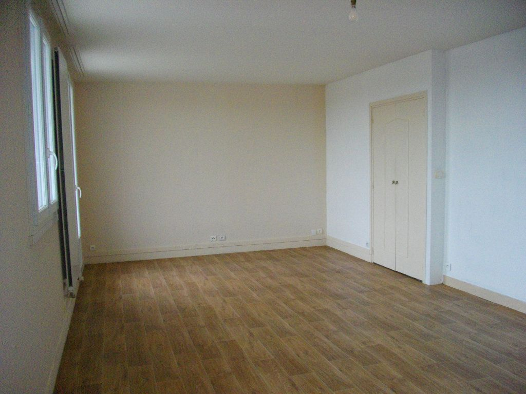 Appartement à louer 3 70.42m2 à Bourges vignette-3