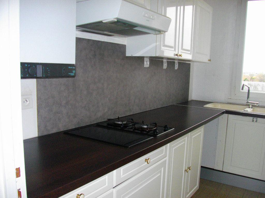 Appartement à louer 3 70.42m2 à Bourges vignette-4