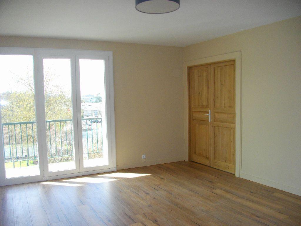 Appartement à louer 3 63.97m2 à Bourges vignette-1