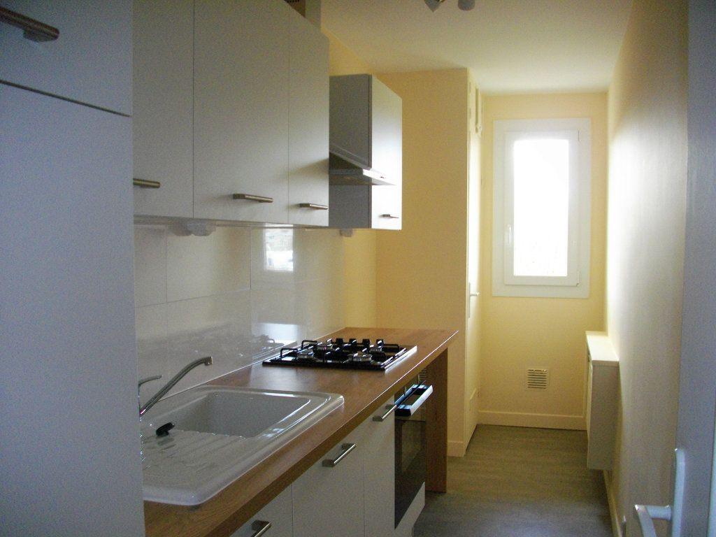 Appartement à louer 3 63.97m2 à Bourges vignette-2