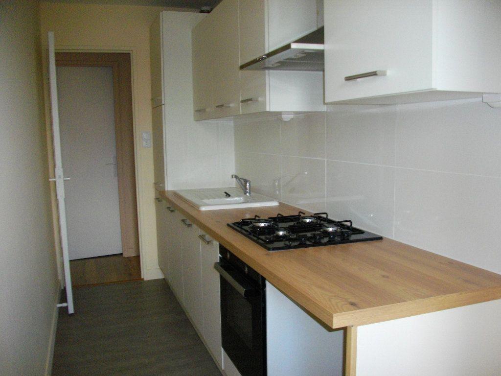 Appartement à louer 3 63.97m2 à Bourges vignette-3