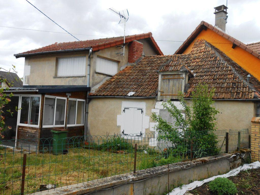 Maison à vendre 4 120m2 à Saint-Pierre-le-Moûtier vignette-1