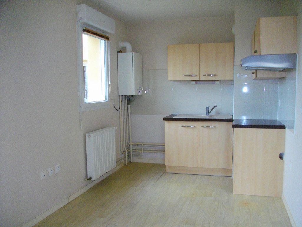 Appartement à louer 3 65.23m2 à Bourges vignette-2