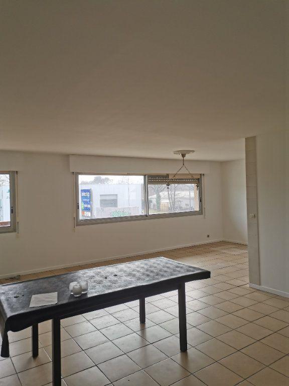 Appartement à louer 4 123.49m2 à Saint-Vincent-de-Tyrosse vignette-2