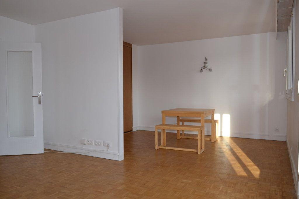 Appartement à louer 3 61m2 à Paris 20 vignette-7