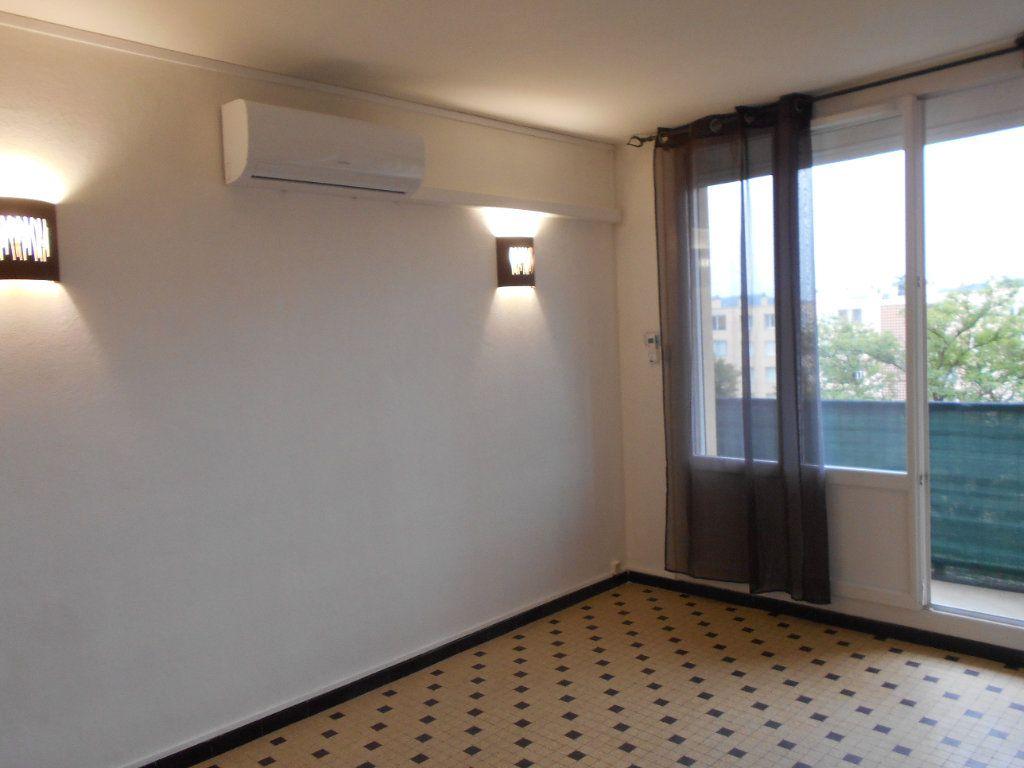 Appartement à louer 2 41.2m2 à Pont-Saint-Esprit vignette-2