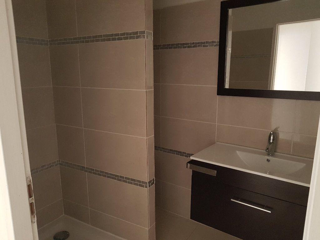 Appartement à louer 2 40m2 à Pont-Saint-Esprit vignette-3