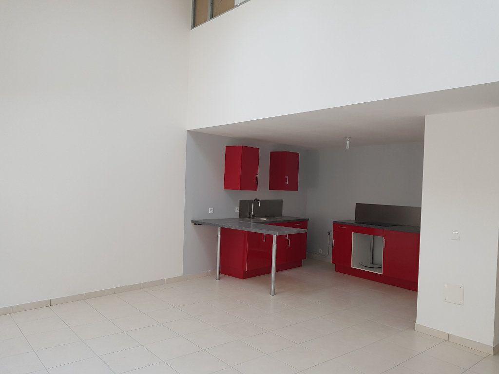 Appartement à louer 3 67m2 à Pont-Saint-Esprit vignette-1