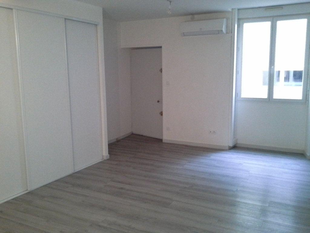 Appartement à louer 1 32.61m2 à La Rochelle vignette-1