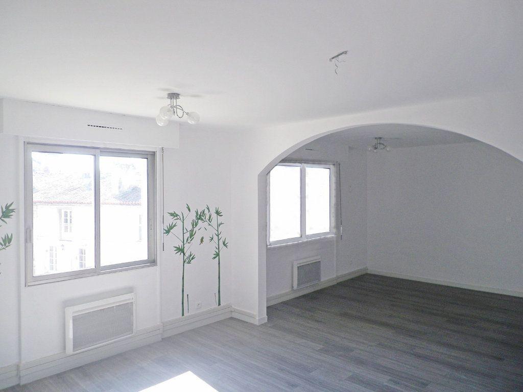 Appartement à vendre 6 147.69m2 à Angoulême vignette-1