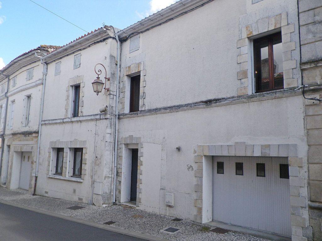 Immeuble à vendre 0 550m2 à Roullet-Saint-Estèphe vignette-1