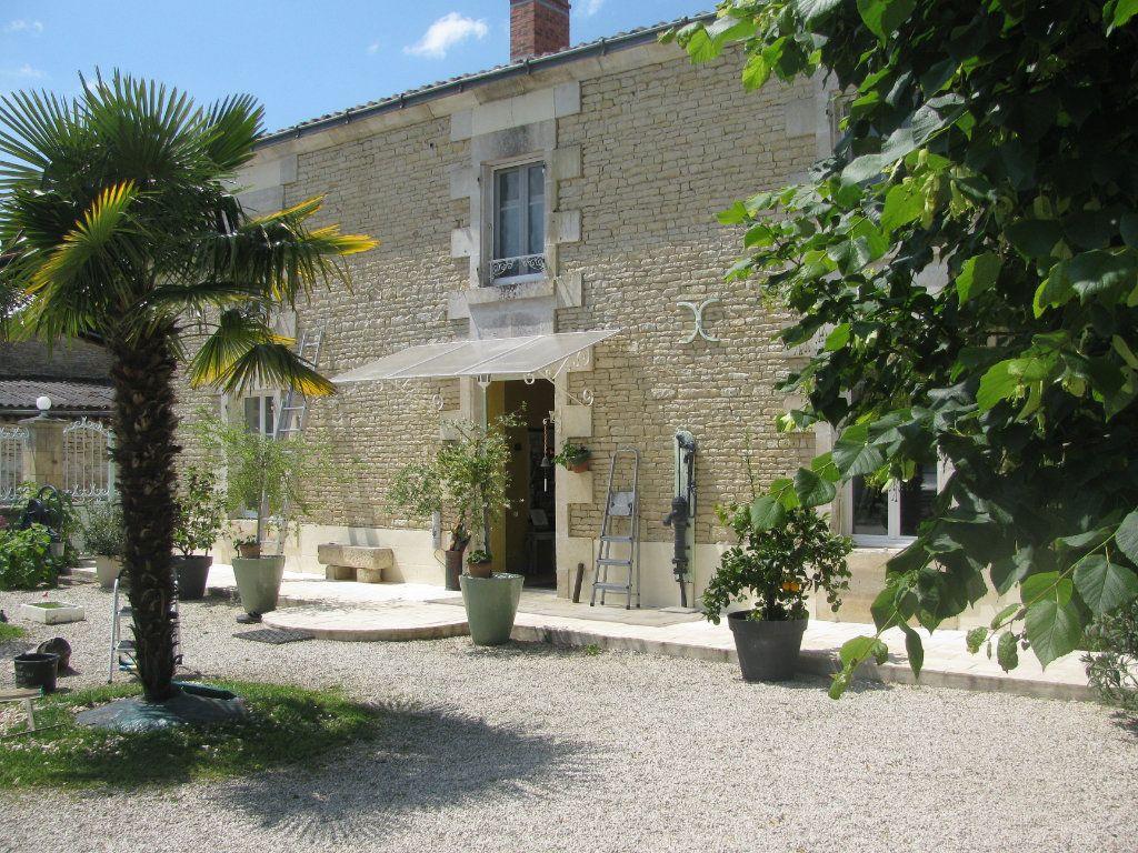 Maison à vendre 9 305m2 à Saint-Hilaire-la-Palud vignette-1